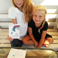 Maja i Lena wypełniają kartki do Powstańców