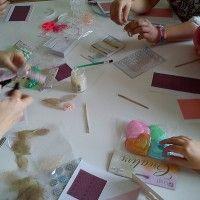 Dzieci wykonują kartki dla bliskich